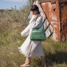 NOUVELLE COLLECTION ⭐️ - Dès mercredi 9h retrouvez notre nouvelle collection Candela Jungle sur notre eshop. Au programme : des nouveaux coloris comme ce vert émeraude et de nouveaux modèles exclusifs. Parmi eux, une bourse comme vous nous l'avez soufflé mais aussi un format A4 et d'autres surprises. Vous aimez ce vert émeraude ? 💚 - Sac Diane en émeraude 💚 Collection Candela Jungle 🌴 - #sabrinaparis #welovesabrinaparis #bohostyle #greenbag